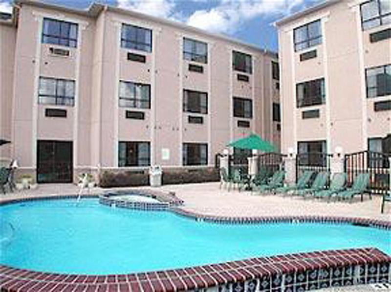 Comfort Suites Near the Galleria Pool