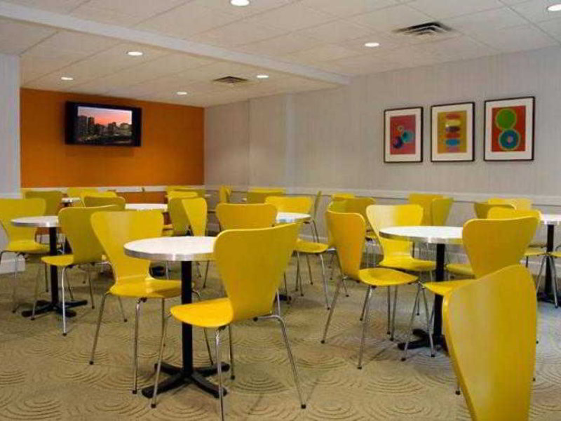 Fairfield Inn and Suites by Marriott Chicago Downtown Restaurant